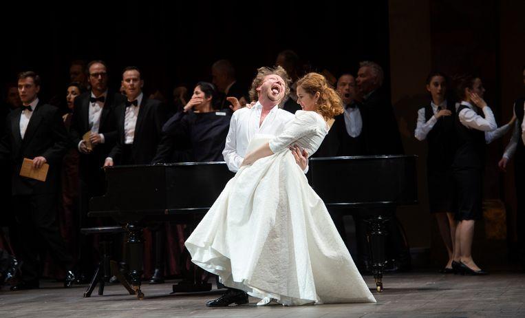 Tannhäuser worstelt met de 'heilige' Elisabeth (Svetlana Aksenova). Beeld Monika Rittershaus