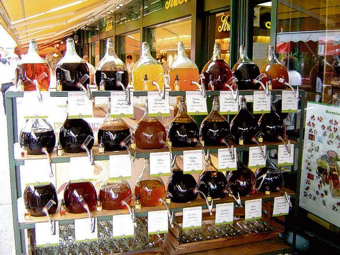Flessen met verschillende soorten keukenazijn op een markt.