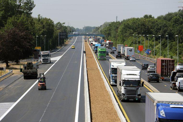 Op de E34 richting Nederland (l.) is het wegdek al zo goed als vernieuwd.