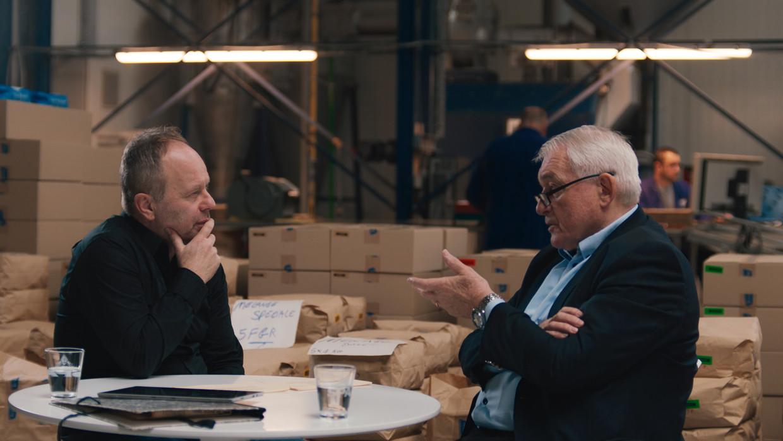 Ben Crabbé en Paul Van Himst in 'Het EK van de Duivels'. Beeld Canvas