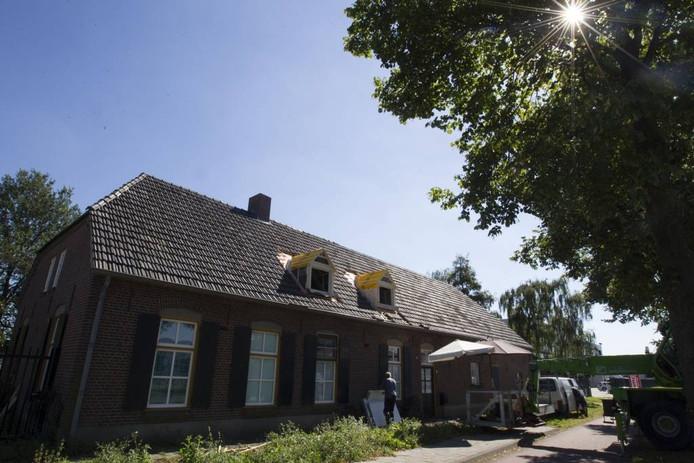 De boerderij Mispelhoefstraat 19 op het bedrijventerrein GDC in Acht wordt opgeknapt.