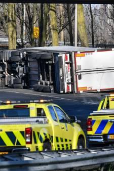 Vrachtwagen vol sperziebonen kantelt op A15, weg gedeeltelijk afgesloten