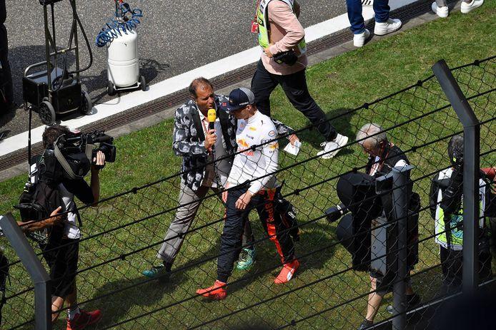 Max Verstappen wordt geïnterviewd door RTL na de GP van China in 2018.