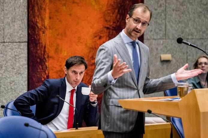 Minister Wopke Hoekstra (Financiën) en minister Eric Wiebes (EZK) tijdens het debat over het derde steunpakket