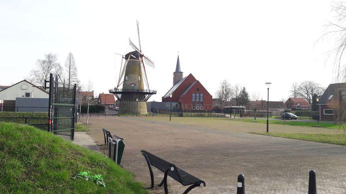 Hoek, met links het huidige dorpshuis, de molen en Protestantse kerk.