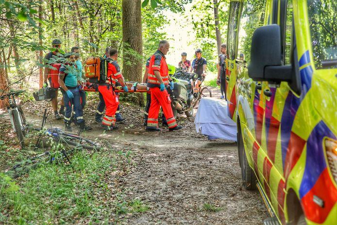 De vrouw is door een ambulance naar het ziekenhuis gebracht.
