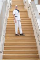Herman Meijer, op de trap in het nieuwe ziekenhuis in Hardenberg. ,,Ik heb niet lang hoeven nadenken. Dat doe ik, zei ik tegen mezelf.