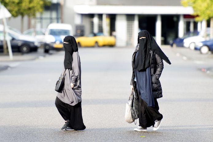 Het is vanaf donderdag niet meer toegestaan om een nikab (zoals op de foto) of boerka te dragen in openbare gebouwen, zoals scholen.