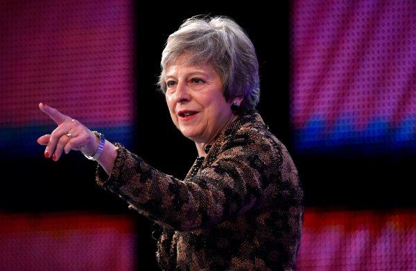 Woede om Mays uiting dat EU-burgers 'voordringers' zijn: 'Dit is ziekmakend geflirt met xenofobie'