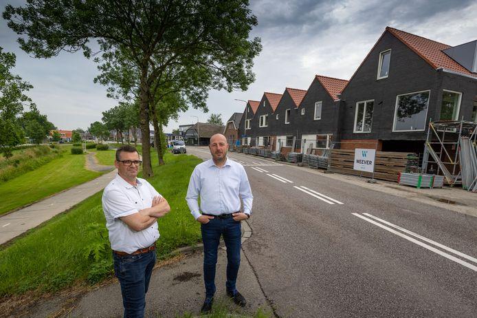 Jan Riezebos van de Dorpsraad (links) en Egge Selles bij de bouwplaats aan de Kamperzeedijk, waar de eerste van zes woningen in aanbouw zijn.