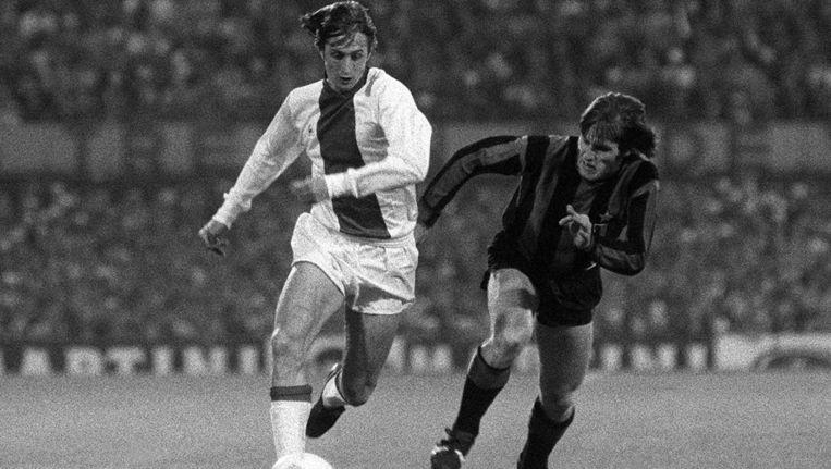 Cruijff passeert Mario Giubertoni van Inter in de met 2-0 gewonnen Europa Cup-1-finale, 31 mei 1972. Beeld BrunoPress / Imago