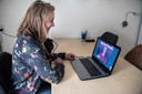 PR dgfoto Gelderlander Nijmegen: Melissa van Wijk videochat met haar geliefde Brandan in Zuid-Afrika. Minister Grapperhaus versoepelde de regeling voor langeafstandsrelaties. Een geliefde van buiten de EU mag per 27 juli weer naar Nederland.