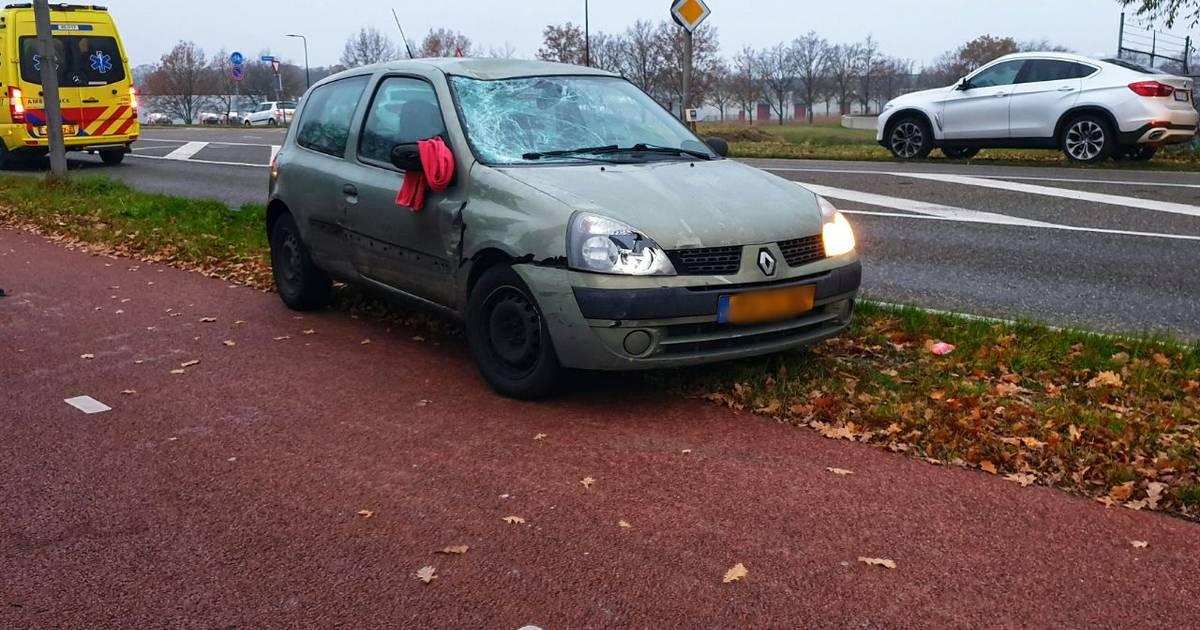Gewonde en veel schade na aanrijding op Auke Vleerstraat in Enschede.