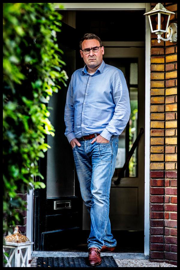 Richard de Mos voor zijn woning in Den Haag.