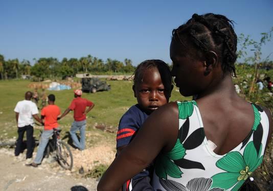 Vrouw en kind na de aardbeving op Haïti.