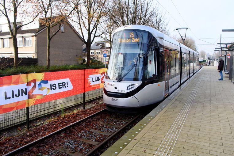 De nieuwe tram 25, de vervanger van metro 51, rijdt eindelijk op het traject tussen Amstelveen Westwijk en Amsterdam-Zuid.  Beeld Olaf Kraak/ANP