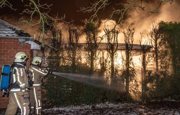 De houtopslag brandde helemaal uit.