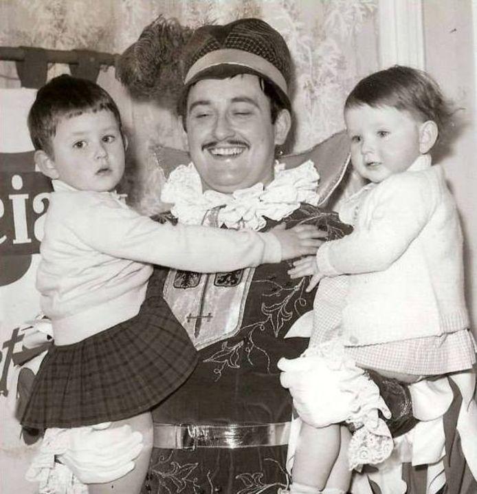 Kamiel Sergant in 1963 toen hij de eerste keer prins carnaval werd, met dochters Mia en Hilde op de arm.