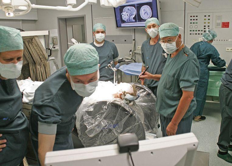 Een 'open MRI-scanner' die de chirurg een intra-operatieve beeld biedt.  Beeld ANP