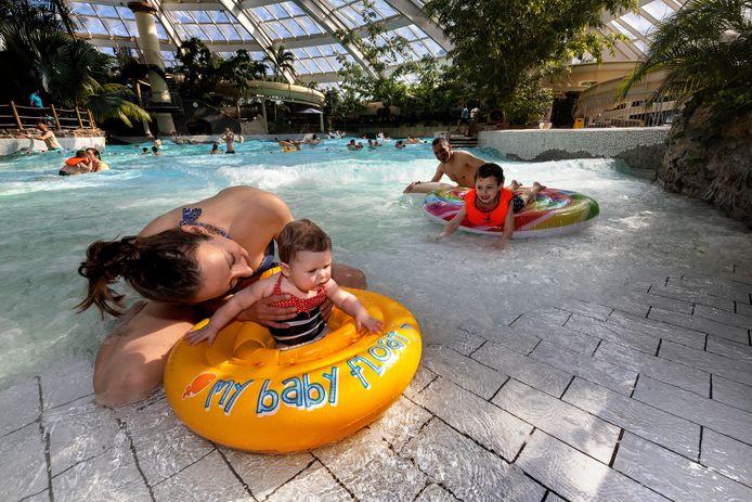 Monique en Silvester Mulders gingen met  met hun zoontje Mees en dochtertje Sofie zwemmen tijdens het testevenement in Aqua Mundo.