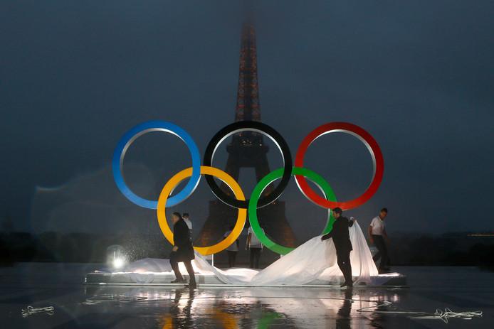 Parijs is meteen in olympische stijl. Na de bekendmaking in Lima bij het IOC-congres wordt in de Franse hoofdstad meteen het olympische logo onthuld voor de Eiffeltoren.