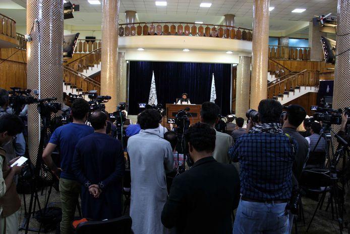 Talibanwoordvoerder Zabihullah Mujahid tijdens een persconferentie over de nieuwe talibanregering in Kaboel.