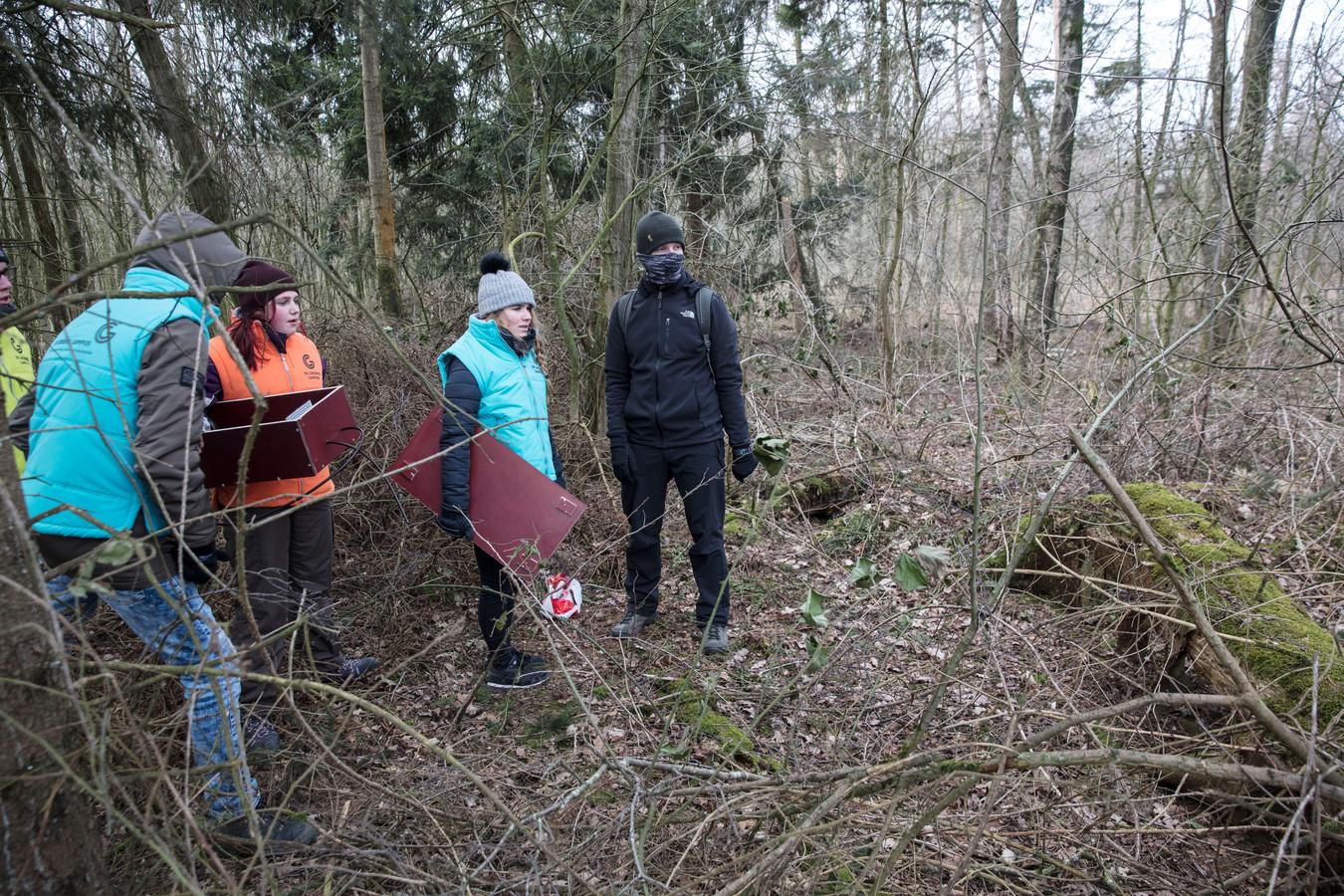 Plaatsen van onderzoeksbuizen door leerlingen Groene Campus die de specialisatie Wildparkmanagement volgden.