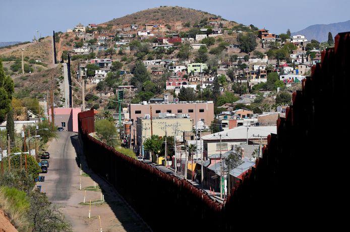 De grens tussen Mexico (links) en de VS.