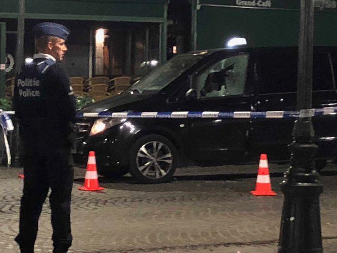 De schutter vuurde door het raam van de taxi.