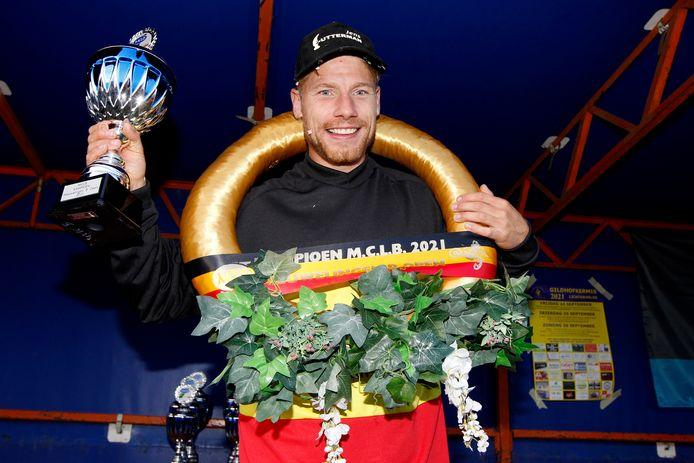 Jens Zutterman pronkt met de kampioensbeker van de Nieuwelingen B.