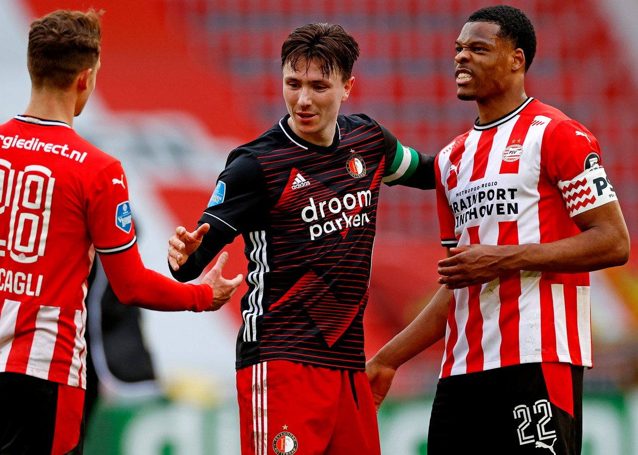 Steven Berghuis tussen Olivier Boscagli en Denzel Dumfries, eerder dit seizoen in het Philips Stadion.