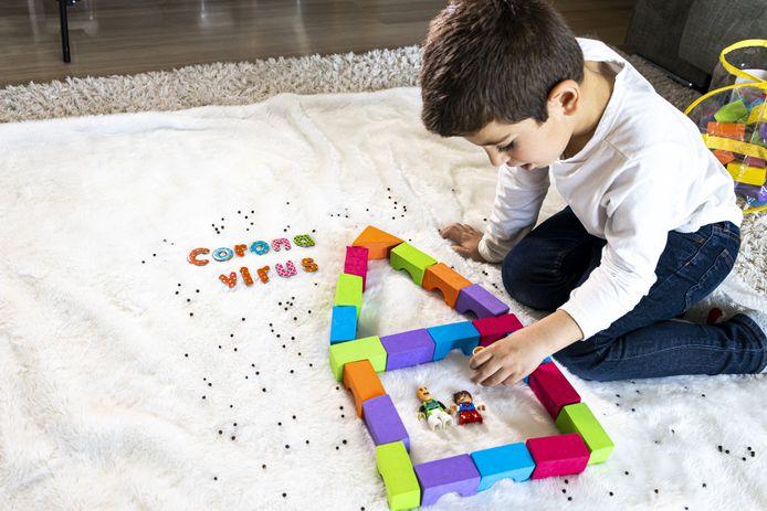 Een kind leert spelenderwijs over het coronavirus.
