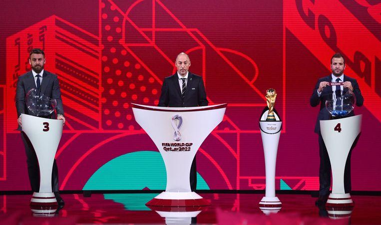 Rafael van der Vaart trekt namens Nederland Bulgarije, op de loting voor de WK-kwalificatie. Beeld BSR Agency