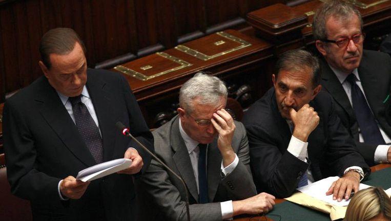 Silvio Berlusconi spreekt terwijl Giulio Tremonti (minister van Financiën), Ignazio La Russa (minister van Defensie) en Roberto Maroni (minister van Binnenlandse Zaken) luisteren, vandaag in het Italiaanse parlement in Rome. Beeld reuters
