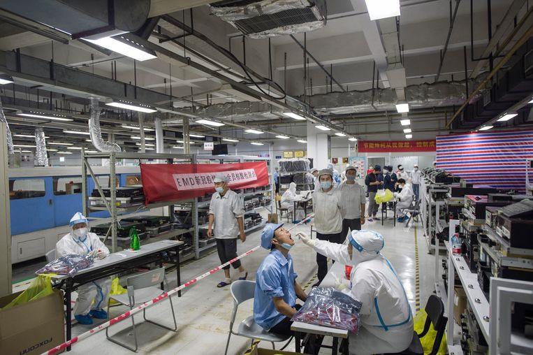 In de Foxconn fabriek in Wuhan worden arbeiders getest op covid-19. Beeld Barcroft Media via Getty Images