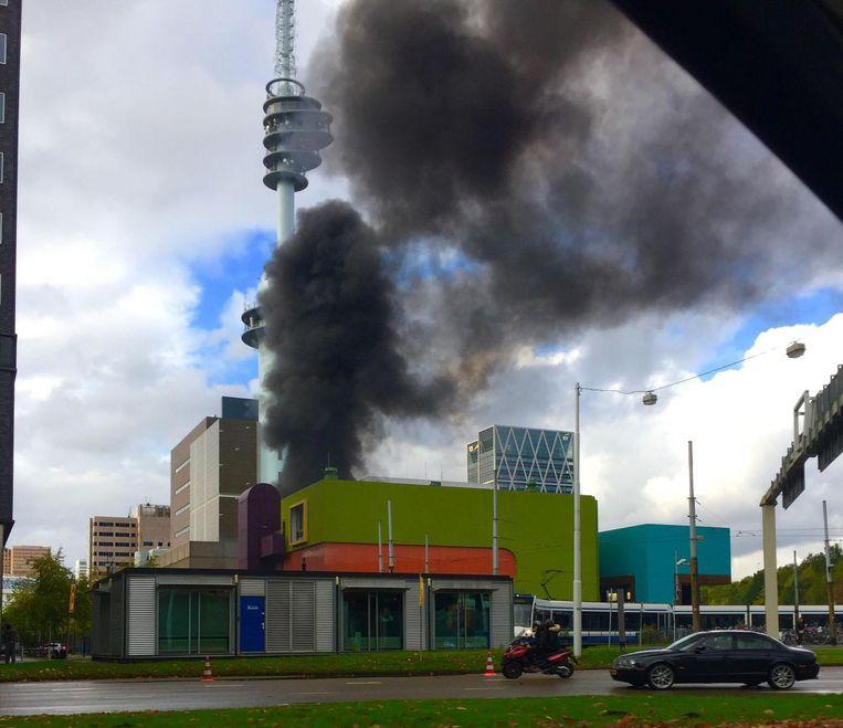 Veel rook te zien bij brand op de Barbara Strozilaan. Beeld Rebecca Leeuwenberg