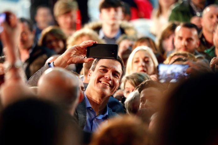 De partij PSOE van de Spaanse premier Pedro Sánchez stijgt in de peilingen van 85 naar 130 zetels.