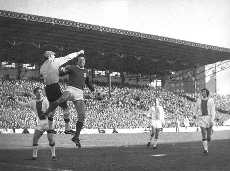 Keeper Gert Bals tast mis. Links Velibor Vasovic, rechts Wim Suurbier. Beeld Spaarnestad