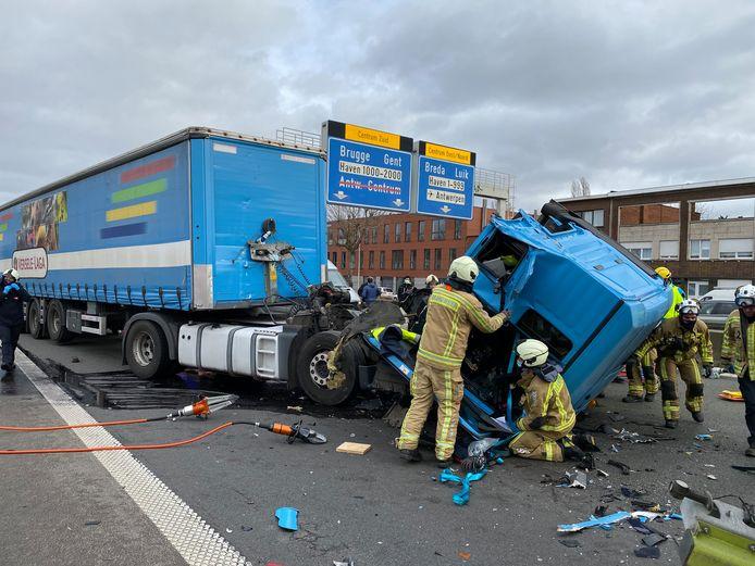 De chauffeur van de vrachtwagen raakte door het ongeval gekneld in zijn cabine en moest bevrijd worden door de brandweer.