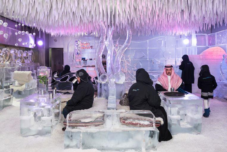 2016. Saudische toeristen genieten van een warme choco in de Chillout Ice Lounge, een ijsbar in de Oasis Mall.  Beeld NICK HANNES