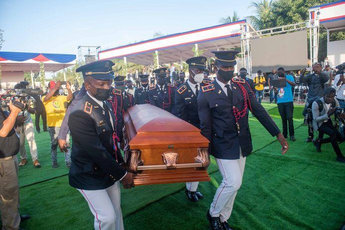 Des soldats portent le cercueil avec le corps du président Jovenel Moise pendant le début de sa cérémonie funéraire aujourd'hui, au Cap-Haïtien, en Haïti, le 23 juillet 2021.