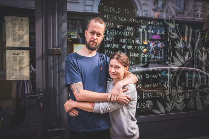 Chef-kok Tom van Lysebettens en zijn vrouw Alison voor hun zaak Cochon De Luxe. Alisons schoonzus schreef zondag een tekst op de vitrine. Eén woord valt onmiddellijk op: 'Kanker'.