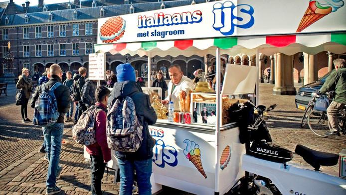 Ijscoman Moes heeft zijn plek al sinds jaar en dag geclaimd. Hij staat op het Binnenhof.