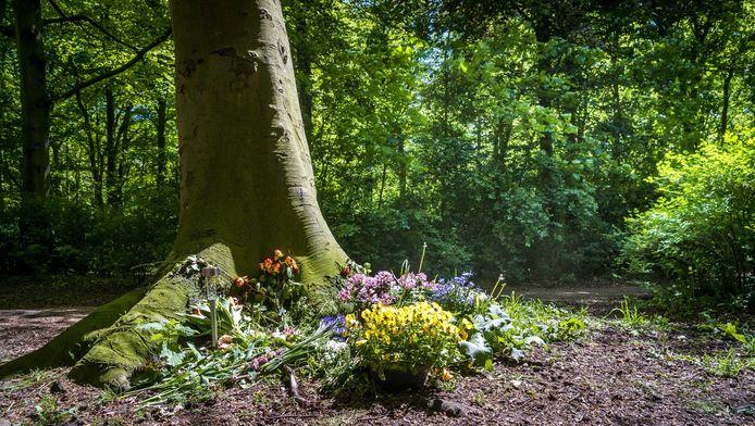 Bloemen bij de plek waar een 56-jarige vrouw op gewelddadige wijze om het leven is gekomen in Den Haag.