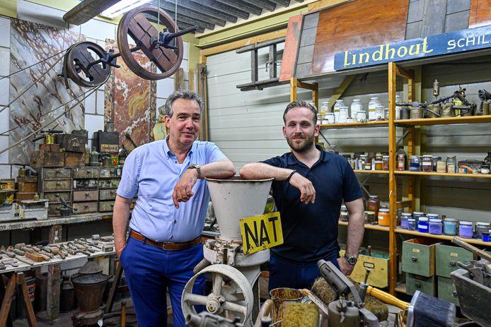 Jos Lindhout (rechts) treedt in de voetsporen van zijn vader, Gert-Jan. Hij is de vijfde generatie Lindhout die het schildersbedrijf voortzet. Dit jaar viert het van oorsprong Oud-Vossemeerse bedrijf het 125-jarig bestaan.