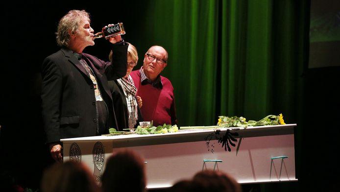 Dichter/performer Karel Kanits neemt met een slok afscheid van zijn overleden vriend Marnix Rueb.