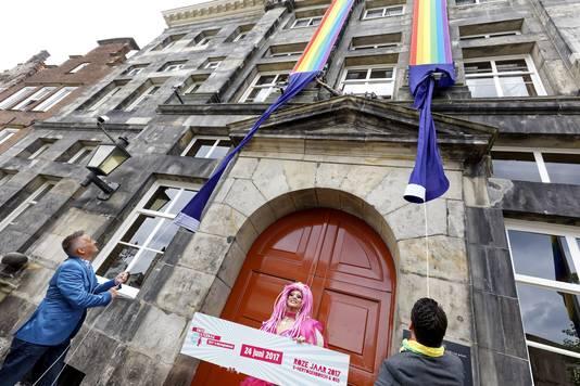 Op het gemeentehuis van Den Bosch prijken al regenboogvlaggen.