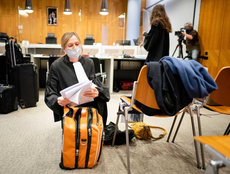 Advocaat Liesbeth Zegveld (links) van nabestaanden van Max Papilaja en Hansina Uktolseja eerder dit jaar in de rechtszaal van het Paleis van Justitie in Den Haag. Beeld ANP