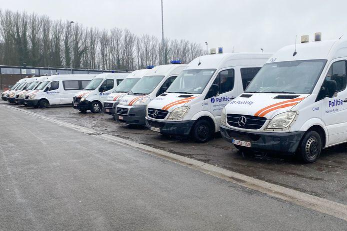 Une dizaine de combis avaient été postés aux alentours de la gare, où le rassemblement de Vlaanderen Ons Land avait été autorisé par le bourgmestre.