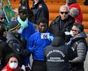 De migranten krijgen een nummer en worden gefotografeerd door de autoriteiten.